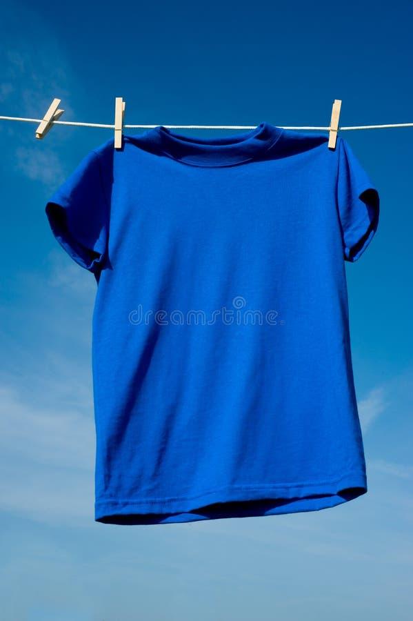 Un T-shirt bleu images libres de droits