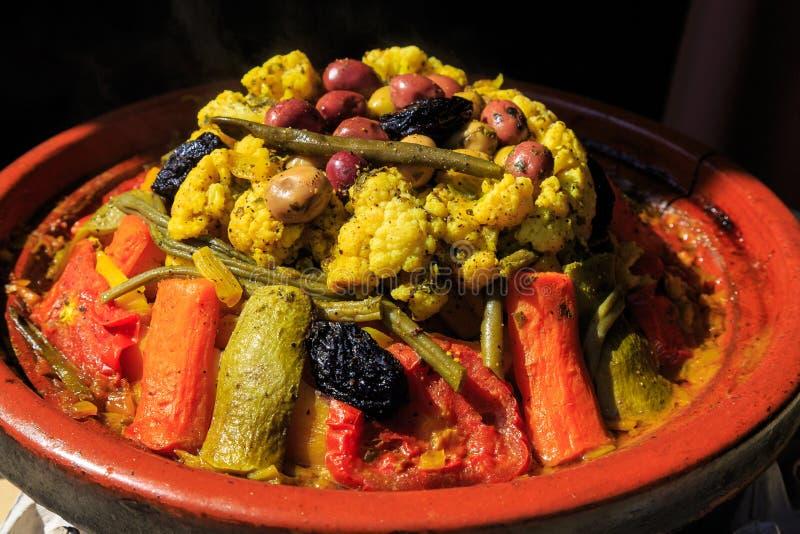 Un tagine caliente con las verduras deliciosas foto de archivo libre de regalías