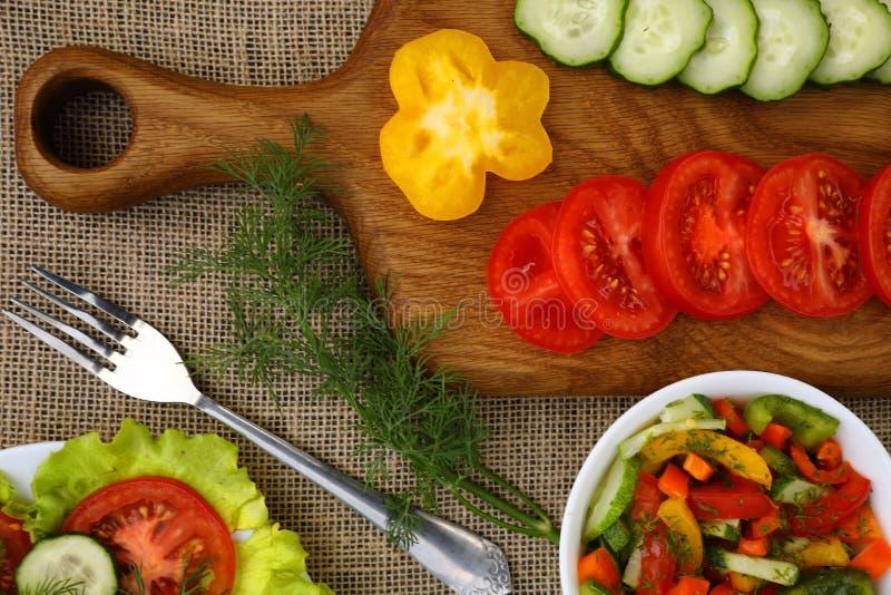 Un tagliere con le verdure e le insalate fotografie stock