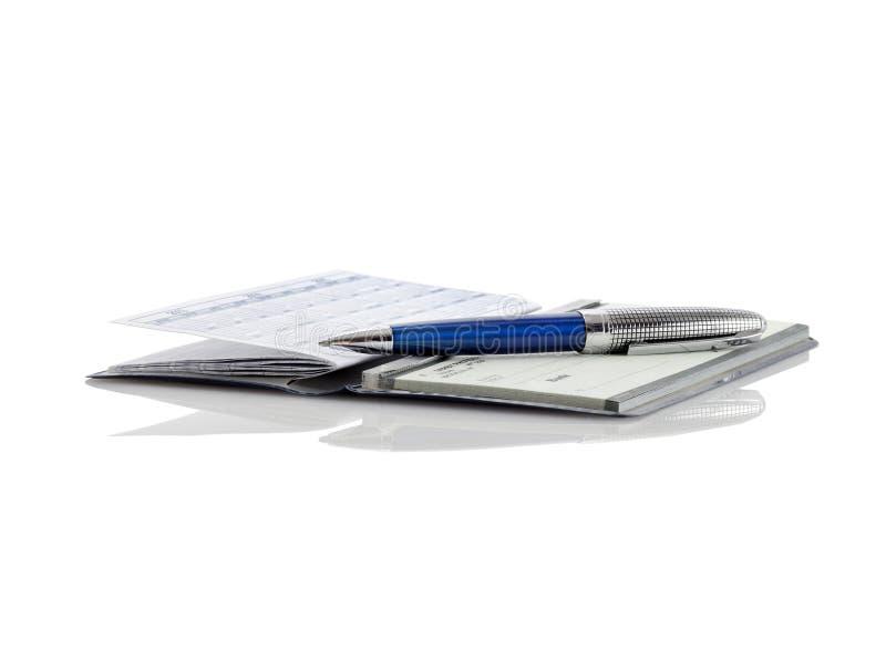 Un talonario de cheques y una pluma imagenes de archivo