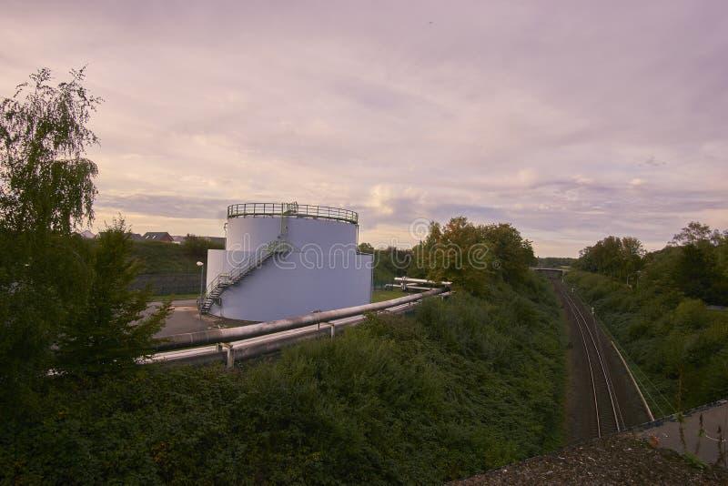 Un tanque y carriles de aceite imagen de archivo libre de regalías