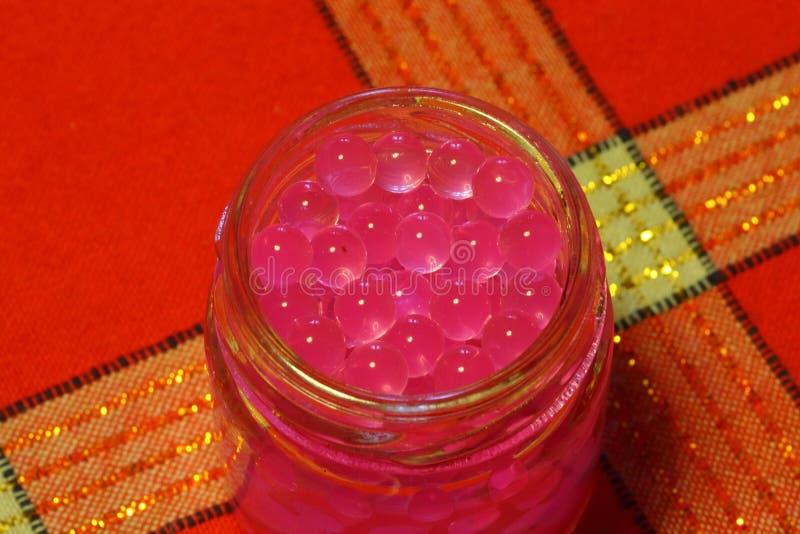 Un tarro con las bolas de la jalea imagenes de archivo