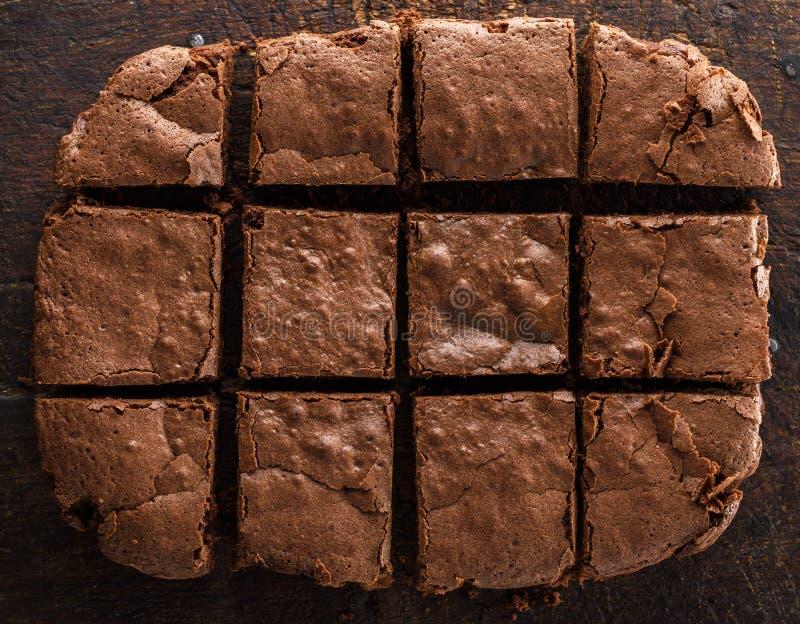 Un tarte rectangulaire cuit au four de 'brownie' de chocolat est coupé en places images stock