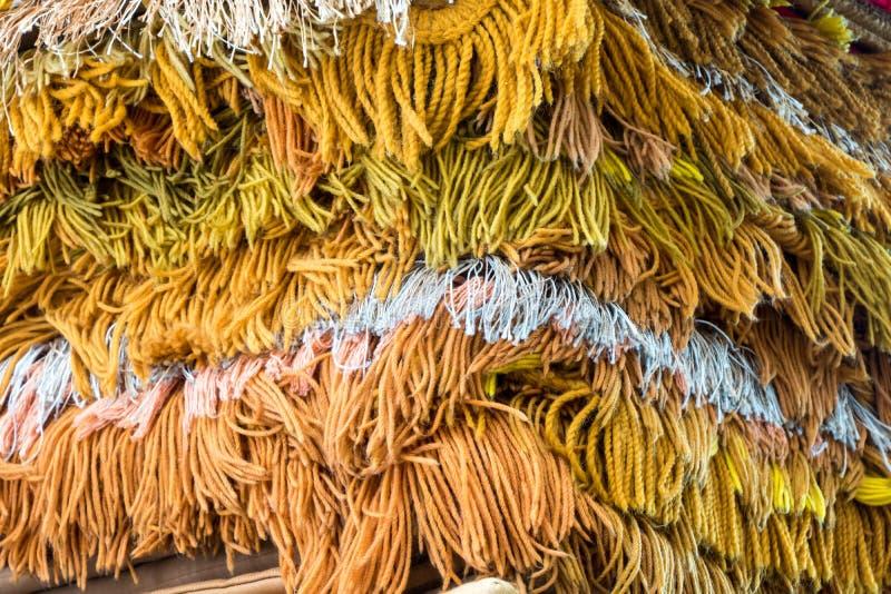 Un tas de tapis décoratif avec des franges image libre de droits
