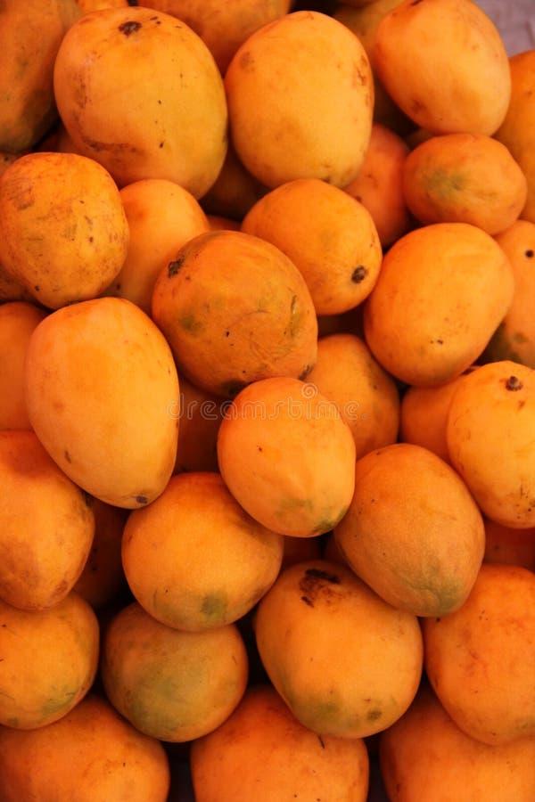 Un tas des mangues fraîches image stock