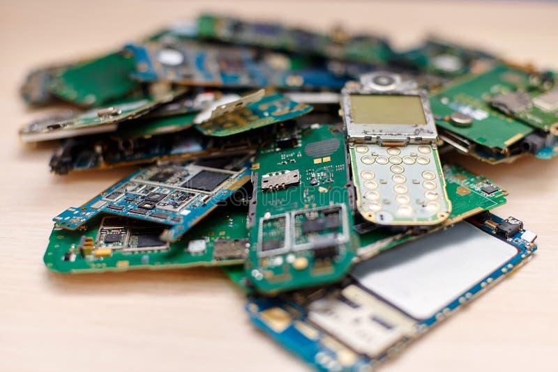 Un tas des panneaux électroniques des téléphones portables cassés image libre de droits