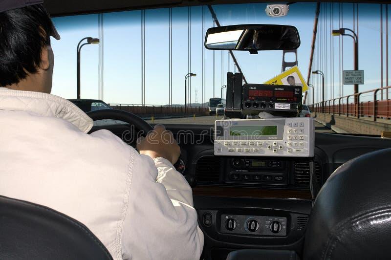 Un taxista que conduce a través del puente de puerta de oro, San Francisco, los E.E.U.U. foto de archivo