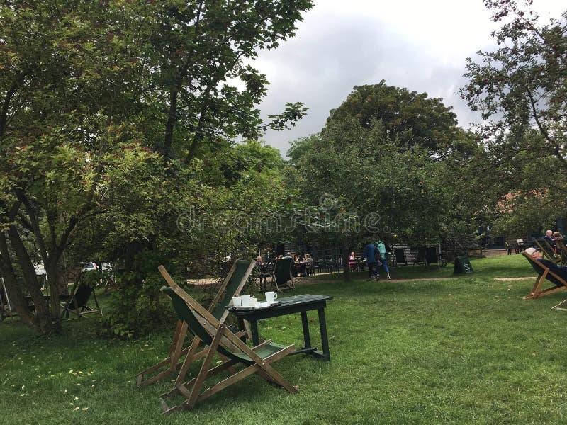 Un teatime en jardín en Cambridge fotos de archivo libres de regalías