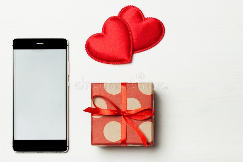 Un teléfono y un regalo elegantes foto de archivo libre de regalías