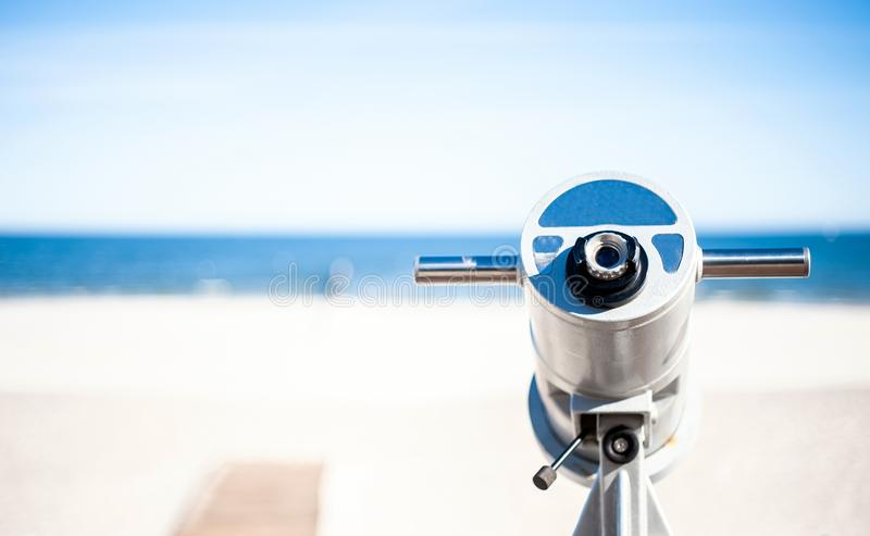 Un telescopio con la scanalatura di moneta fotografie stock