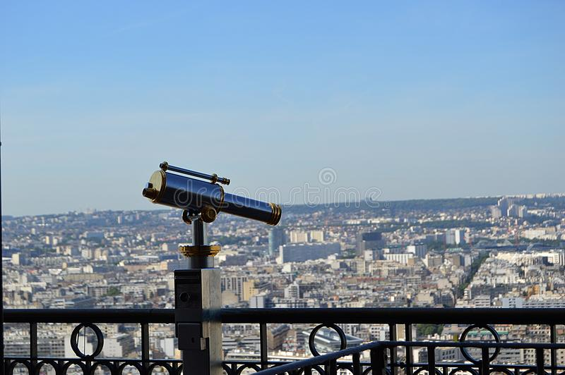 Un telescopio con la vista su Parigi fotografia stock