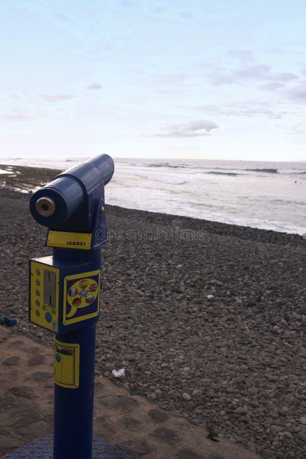 Un telescopio per osservare l'immensità del mare fotografia stock