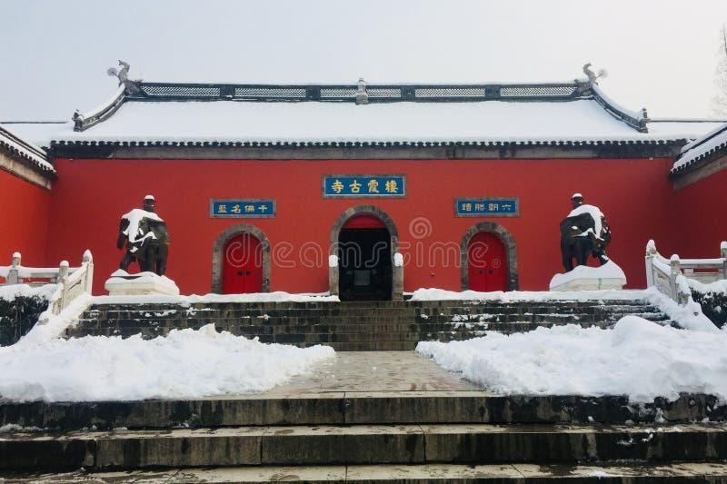 Un tempio buddista con la parete rossa immagine stock