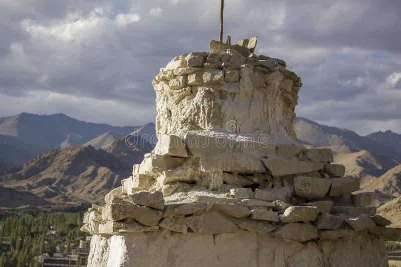 Un tempio buddista tibetano bianco santo antico sulla montagna di giorno contro il contesto di una valle della montagna immagini stock
