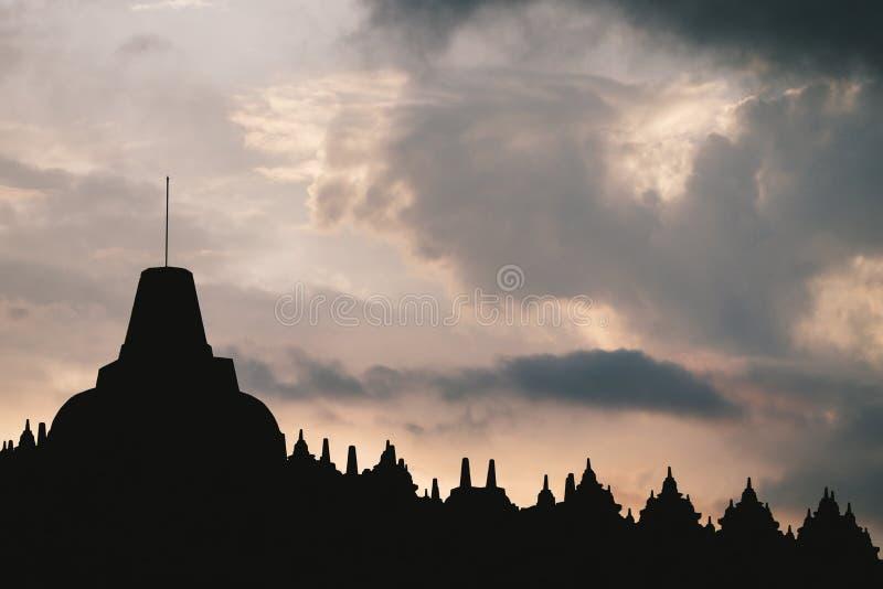 Un tempio della siluetta sotto il cielo della vaniglia fotografia stock libera da diritti