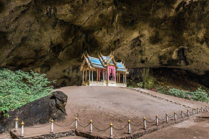 Un temple bouddhiste est dans la caverne de la caverne de Tham Phraya Nakhon image libre de droits