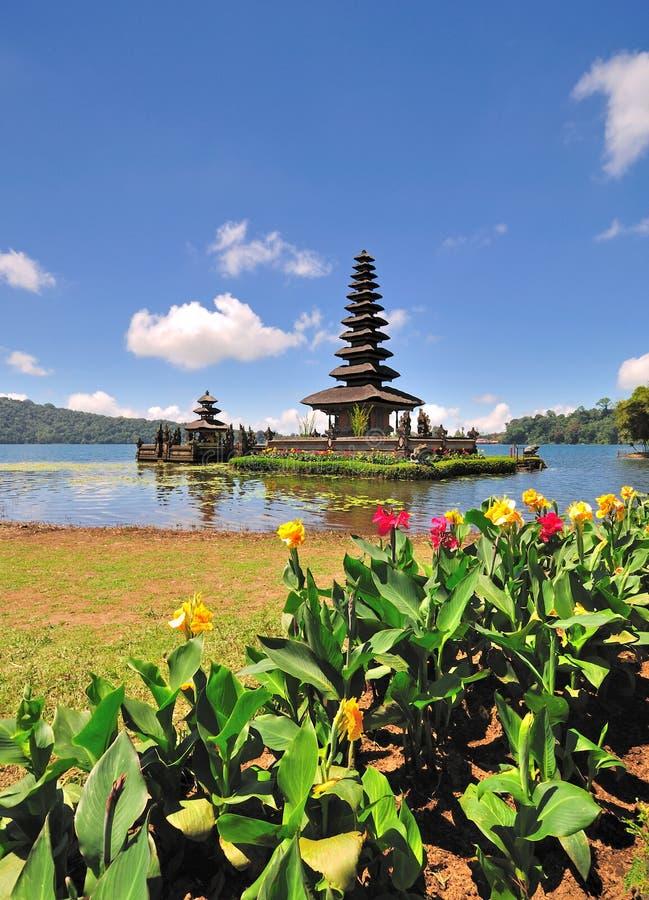 Un templo flotante con las flores imagen de archivo libre de regalías