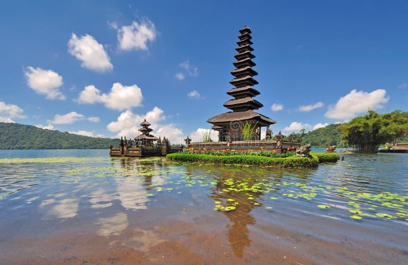 Un templo flotante con las flores foto de archivo