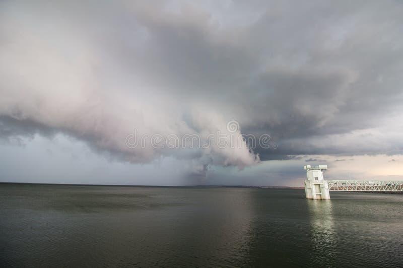 Un temporale e uno scaffale del supercell si appannano il telaio sopra un lago fotografia stock