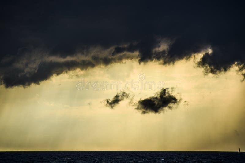 Un temps orageux foncé dans la perspective du soleil jaune sur t photo stock