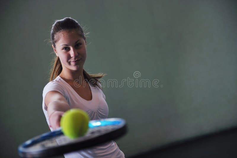 Un tenis del juego de la mujer joven imagen de archivo