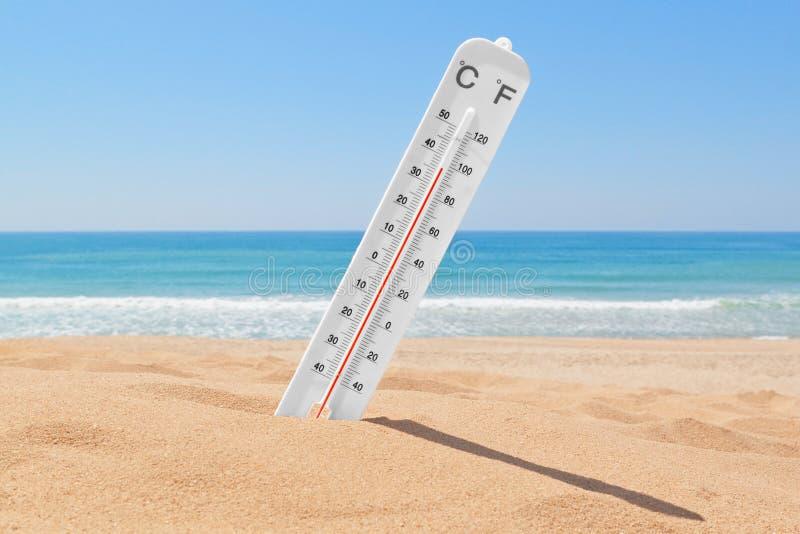 Un termómetro en la playa. imagen de archivo libre de regalías