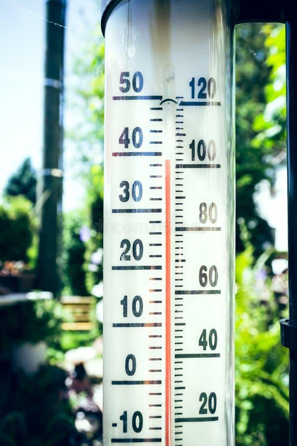 Un termómetro en verano imágenes de archivo libres de regalías