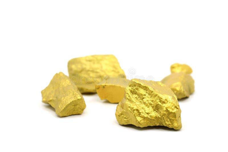 Un terrón de la mina de oro en un blanco imagenes de archivo