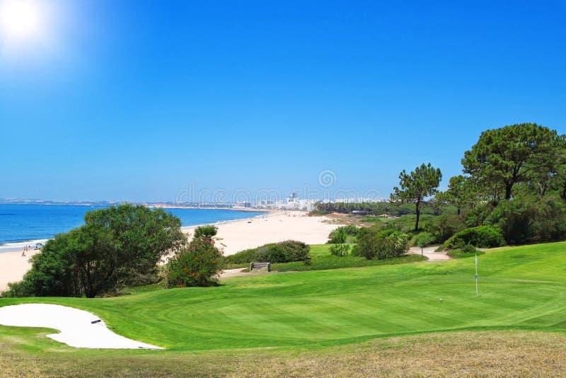 Un terrain de golf près de la plage au Portugal. image libre de droits