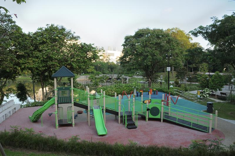 Un terrain de jeu à un parc de jardin avec des glissières, des escaliers de grimpeurs et la maison de théâtre photos libres de droits