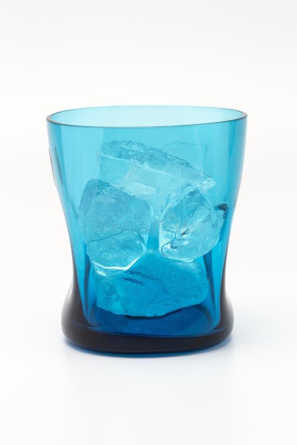 Un terraplén de cristal de la transparencia azul con hielo dentro fotografía de archivo