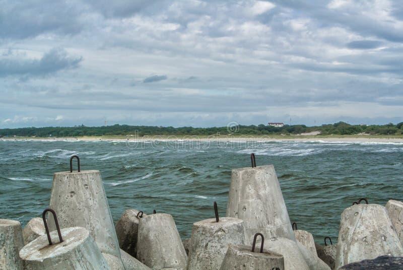 Un terraplén del mar Báltico en la ciudad Baltiysk en día de verano nublado, una vista a una playa y bloques de piedra grandes en foto de archivo