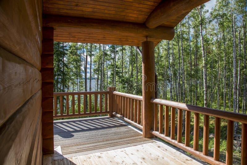 Un Terrazzo Spazioso Di Una Casa Di Legno In Una Foresta Con Grande ...