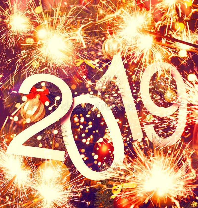 un testo astratto da 2019 nuovi anni su fondo variopinto dell'albero di Natale e delle luci - contesto luminoso di festa fotografia stock