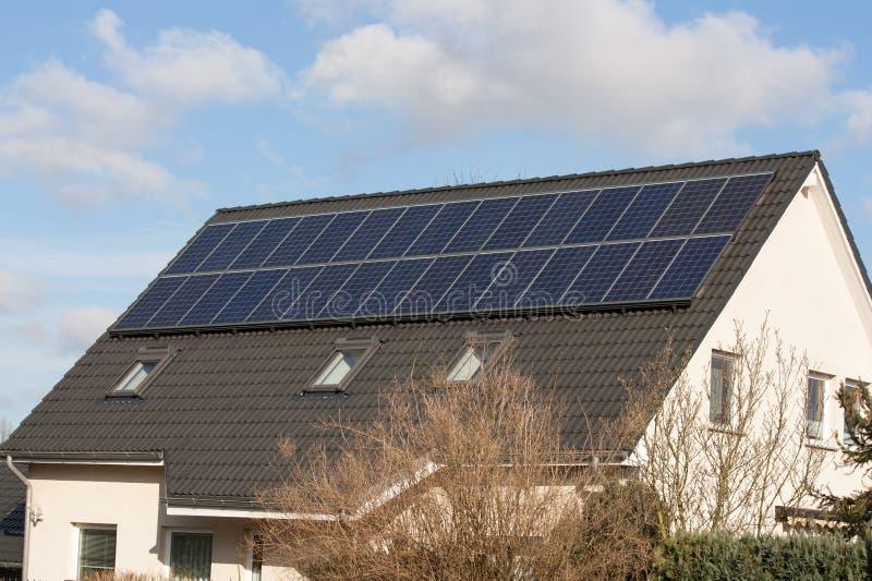 Un tetto di una casa in pieno dei sistemi solari immagini stock
