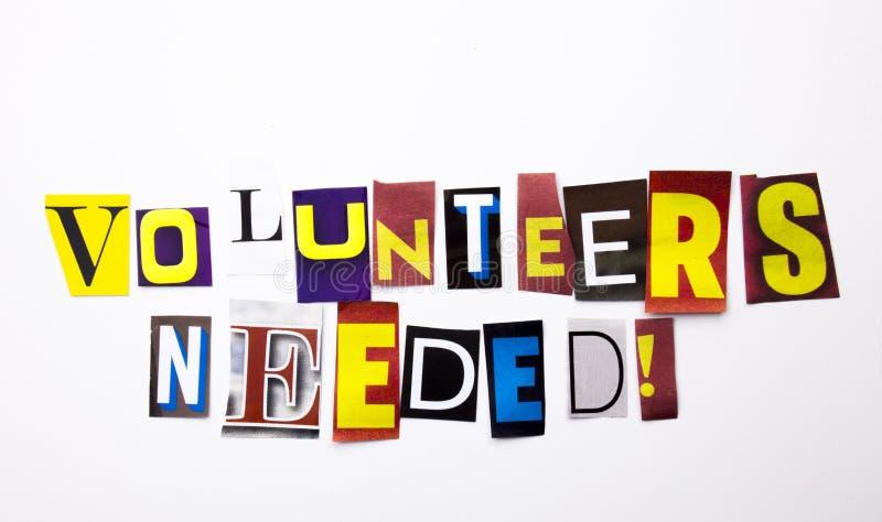 Un texte d'écriture de mot montrant le concept des volontaires a eu besoin fait de la lettre différente de journal de magazine po photos libres de droits