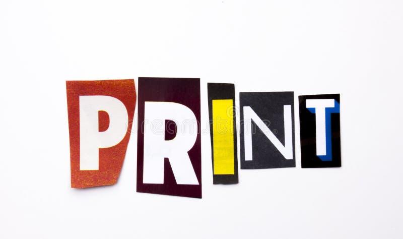 Un texto de la escritura de la palabra que muestra el concepto de impresión hecho de diversa letra del periódico de la revista pa fotografía de archivo