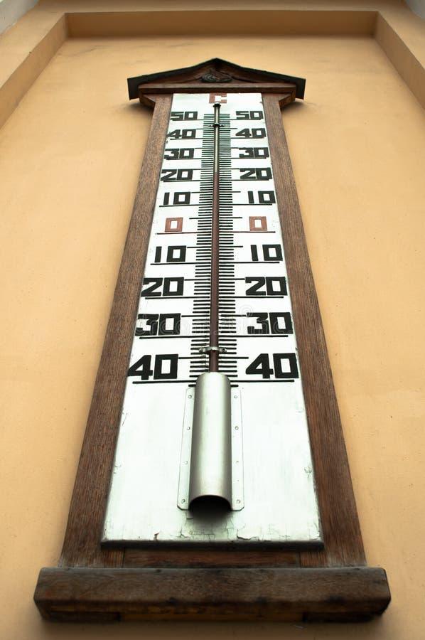 Un thermom tre mercure ext rieur g ant sur un mur image for Thermometre exterieur geant