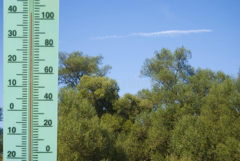 Un thermomètre avec une température de +40 degrés de Celsius image libre de droits