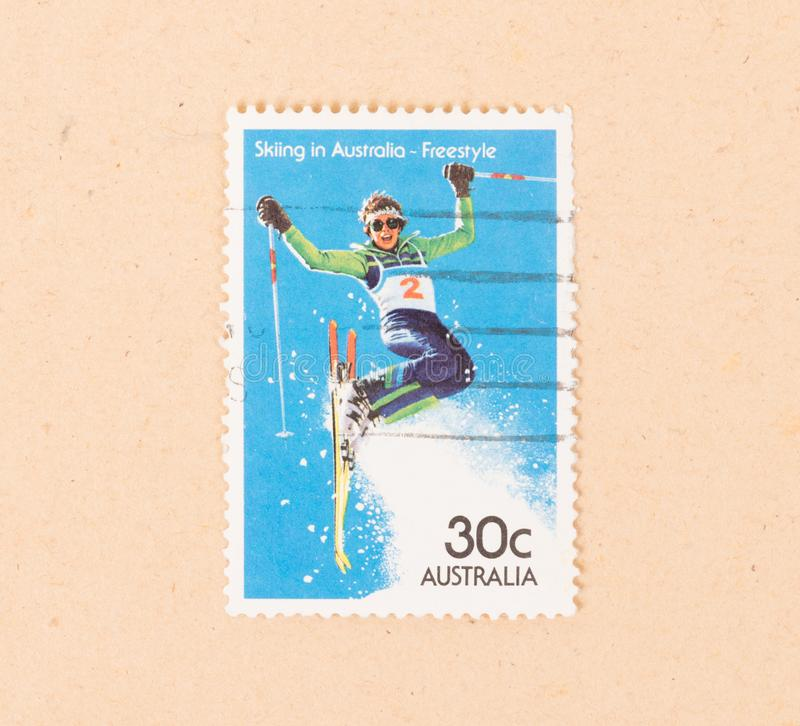Un timbre imprimé en Australie montre un ski de femme dans Australie - style libre, vers 1980 image libre de droits