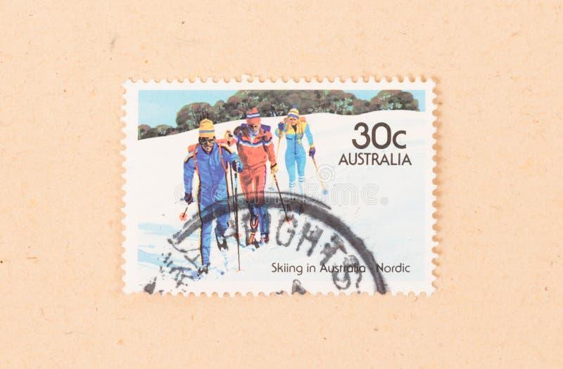 Un timbre imprimé en Australie montre trois hommes skiant dans Australie nordique, vers 1980 photo libre de droits