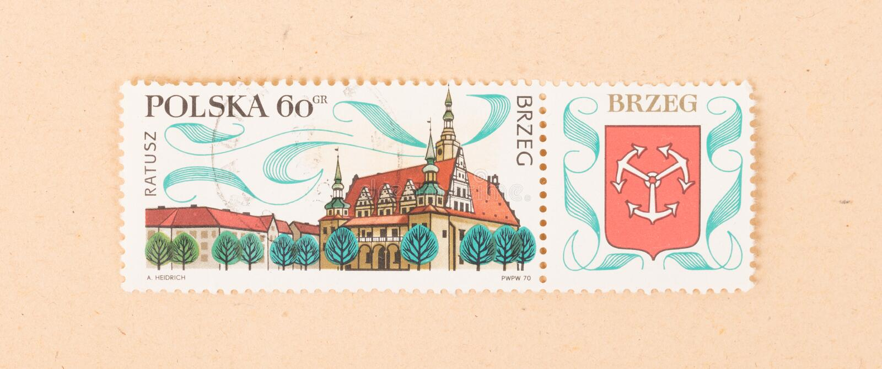 Un timbre imprimé en Pologne montre un grand bâtiment, vers 1970 photos stock