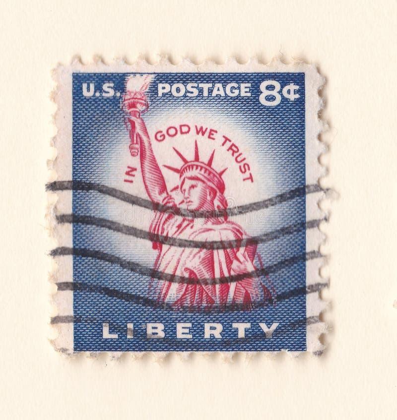 Un timbre-poste américain de vieux vintage bleu avec la statue de la liberté à Manhattan photo libre de droits