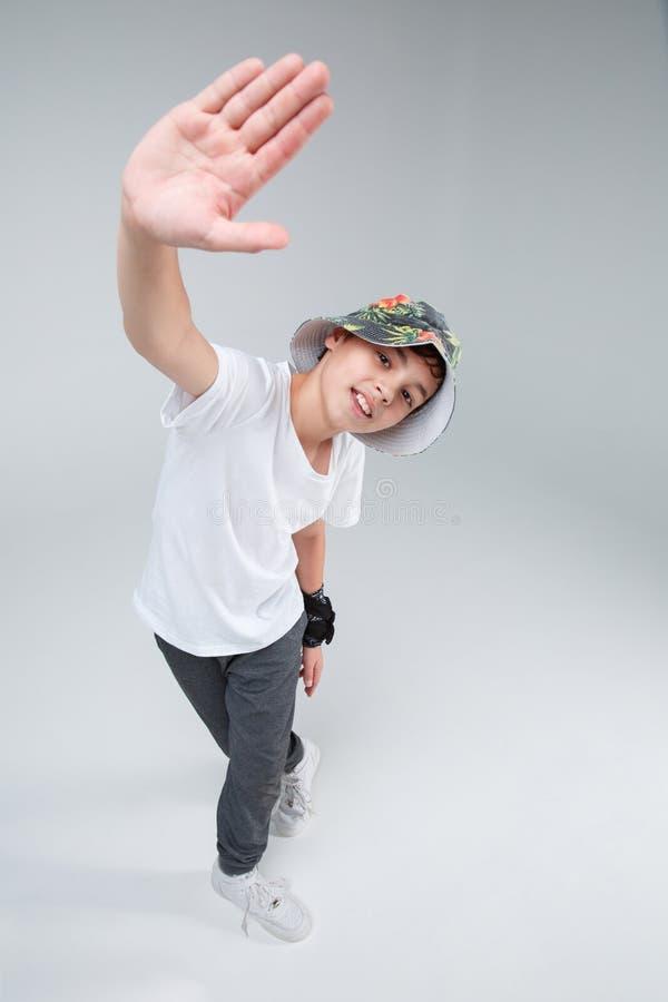 Un tipo è un adolescente, sta in una posa di dancing, sollevante una mano con la sua mano forward Vista da sopra immagini stock libere da diritti