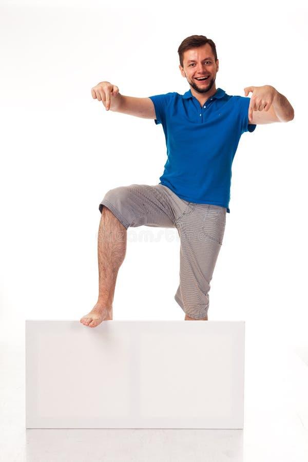 Un tipo con una barba che posa con un segno bianco Può essere usato per disporre la pubblicità, il logo ed altro Vestito in una m fotografia stock libera da diritti