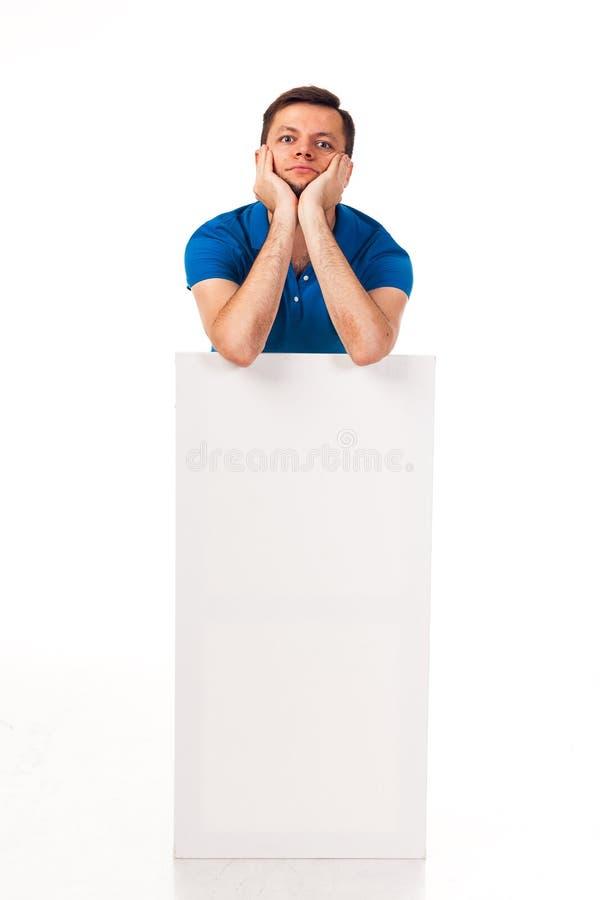 Un tipo con una barba che posa con un segno bianco Può essere usato per disporre la pubblicità, il logo ed altro Vestito in una m immagini stock libere da diritti
