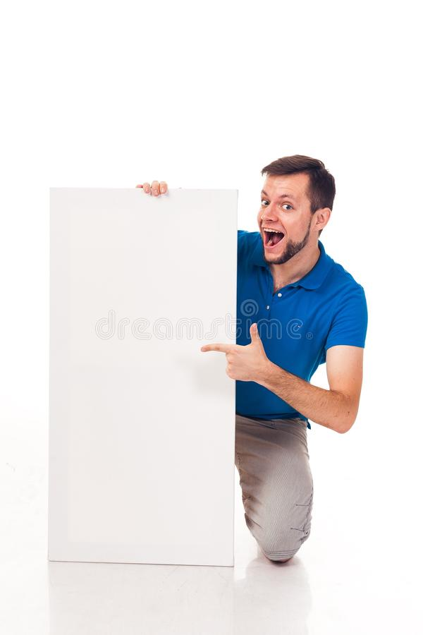 Un tipo con una barba che posa con un segno bianco Può essere usato per disporre la pubblicità, il logo ed altro Vestito in una m fotografie stock libere da diritti