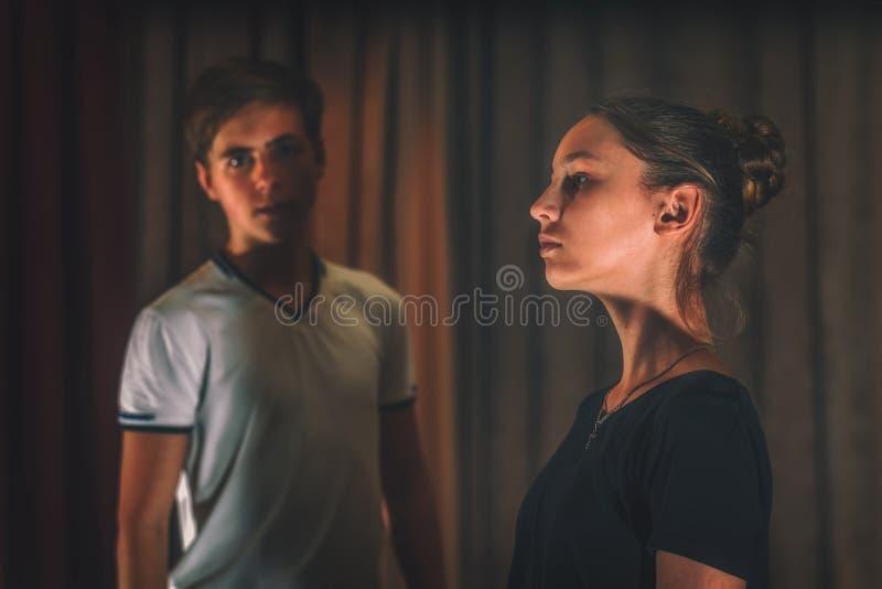 Un tipo e una ragazza che provano un ballo emozionale in scena immagini stock