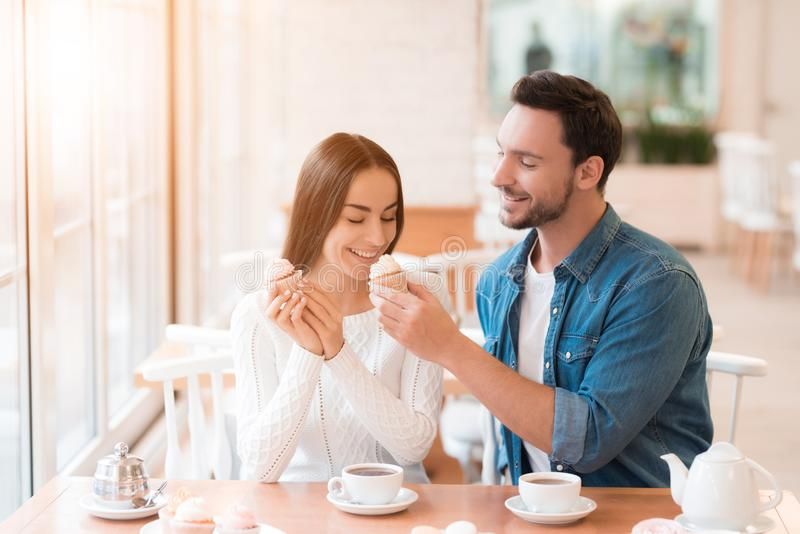 Un tipo e una ragazza stanno sedendo insieme in un caffè fotografie stock
