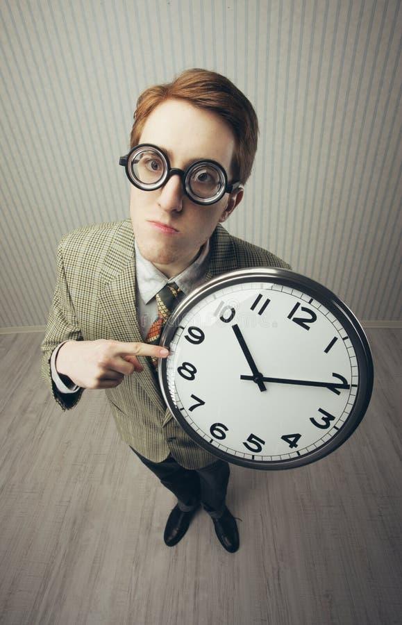 Un tipo nerdy con un orologio fotografia stock